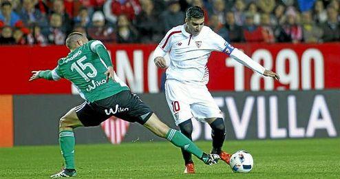 Reyes y Digard, en el derbi de Copa en el Sánchez Pizjuán.