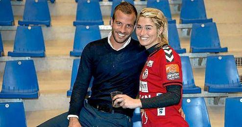 Rafael van der Vaart viendo el partido de balonmano de su pareja, Estavana Polman.