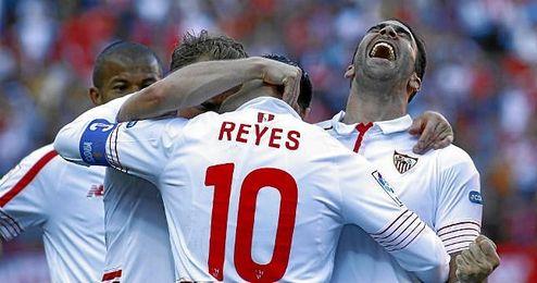 Rami y Krohn-Dehli celebran el gol de Reyes al Villarreal.