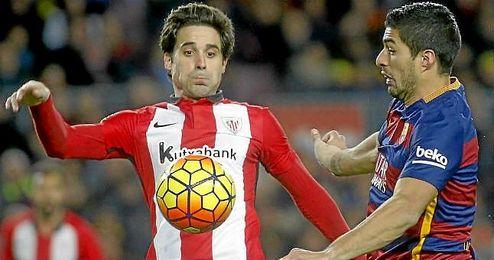 Etxeita controla un balón durante el partido contra el Barcelona.