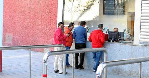 Aspecto de las taquillas del Pizjuán al comienzo de la venta de entradas para San Mamés.