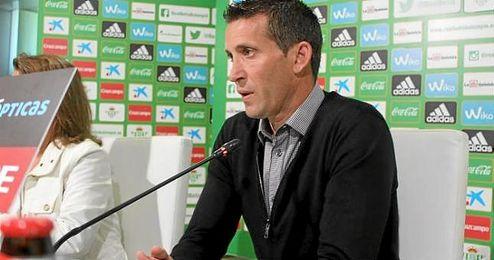 En la imagen, el entrenador del Real Betis, Juan Merino, ofreciendo una rueda de prensa.