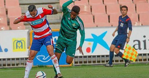 El lateral verdiblanco Junior presiona a un rival en un lance del Granada B-Betis B