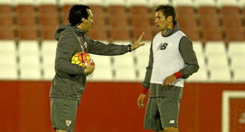 El Sevilla quiere retener a su entrenador y al pivote titular.