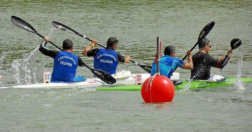 Imagen del Campeonato de Andalucía de barcos de equipo, ayer en el Guadalquivir.