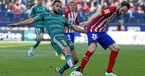 Montoya y Juanfran pelean por hacerse con el balón.