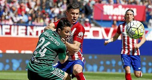Rubén Castro pugna por el balón con Lucas Hernández.