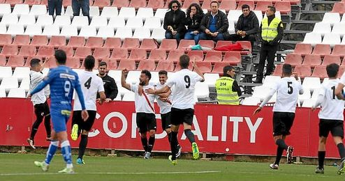 Ivi celebra con sus compañeros el gol que abrió la cuenta sevillista.
