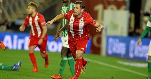 Krychowiak celebra un gol en el Benito Villamarín.