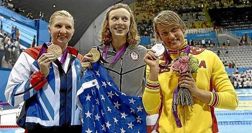 Mireia Belmonte, con una de sus medallas de en los JJOO de Londres 2012.