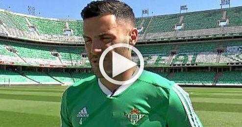 Bruno atiende a los medios del Betis en el Benito Villamarín.