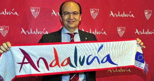 El presidente del Sevilla, en el aeropuerto de San Pablo.