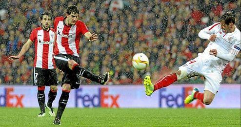 Partido de la Europa League entre el Athletic y el Sevilla. En la imagen, San Jos� y Krychowiak.