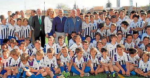 La familia del Castilleja posa junto al presidente de la Diputación, Fernando Rodríguez.