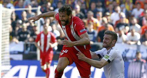 Llorente pidi� dos penaltis de Mustafi por agarr�n.