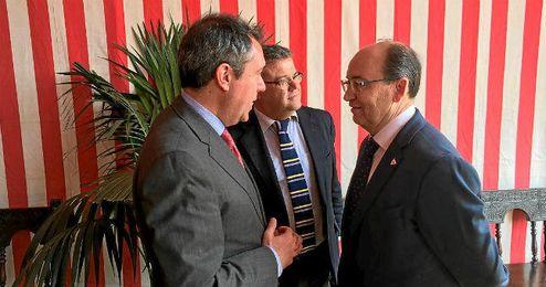 José Castro departió en la Feria con el alcalde, Juan Espadas.