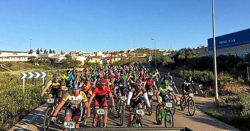 Muchos ciclistas se reunieron en Aznalc�llar.