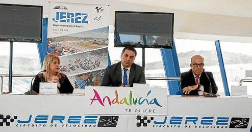 La alcaldesa de Jerez, Mamen Sánchez, junto a Francisco Javier Fernández y Carmelo Ezpeleta.