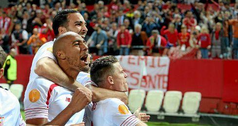 Los jugadores festejan el definitivo tanto de Gameiro.