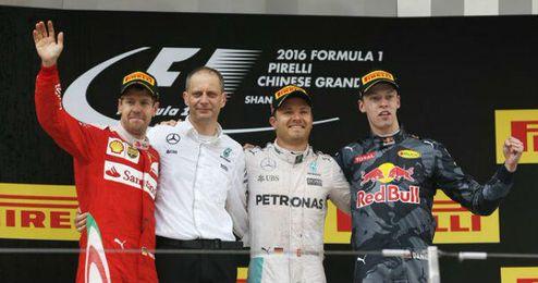 Rosberg, Kvyat y Vettel, en el podio de Shanghai.