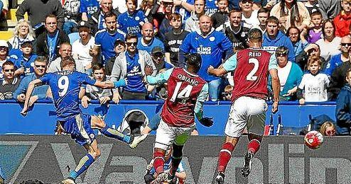 Vardy hizo el primero del Leicester y luego acabó expulsado.