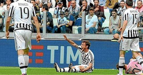 Marchisio pide las asistencias médicas tras caer lesionado ante el Palermo.