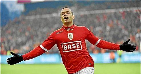 Mathieu Dossevi celebra un gol con el Standard.