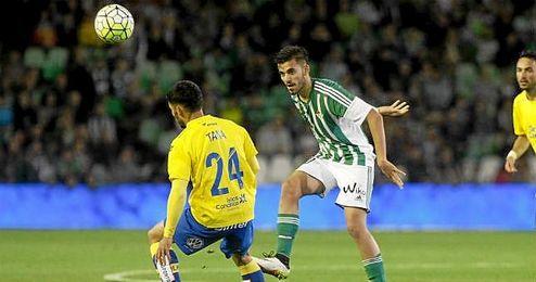 Ceballos disputa un balón con Tana en el Betis-Las Palmas.