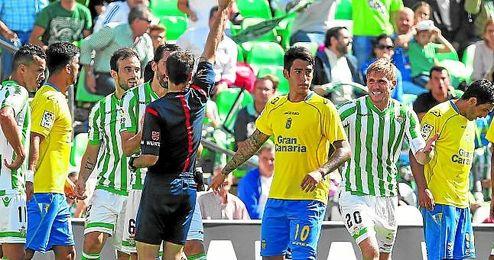 Las Palmas sac� un empate de su �ltima visita al Villamar�n; fue en Segunda divisi�n y Perquis fue expulsado.
