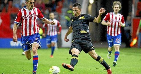 Konoplyanka, fuerte físicamente, desbordó una y otra vez en el choque contra el Sporting.