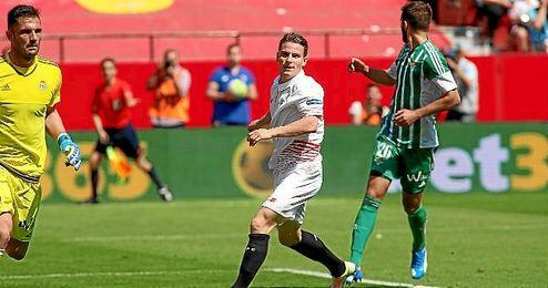 Gameiro, durante el derbi disputado en el Sánchez Pizjuán.