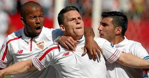 Gameiro celebra el 1-0 con Mariano y Reyes.
