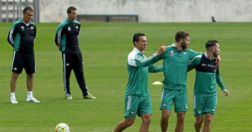 Juan Merino, junto a Alexis, en un entrenamiento.