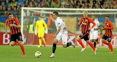Conducción de Konoplyanka ante la mirada de los rivales.
