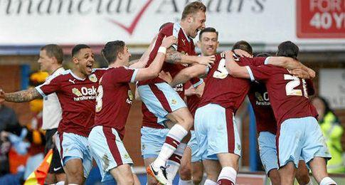 El Burnley celebra el tanto de Sam Vokes.