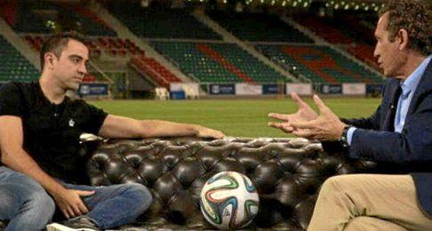 Xavi Hernández dialoga con Valdano durante el programa ´Universo Valdano´.