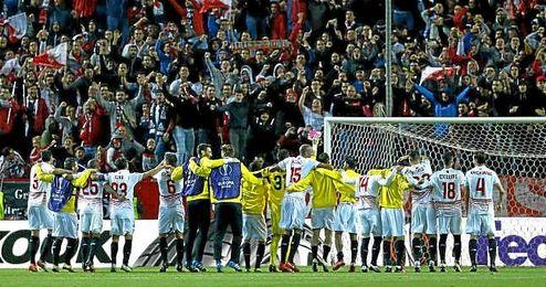 La plantilla del Sevilla, ante su afición tras el partido de ayer.