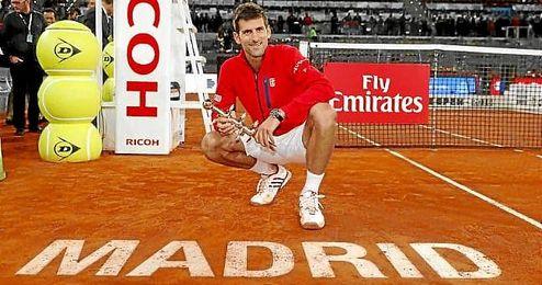 Djokovic posa con su trofeo en la tierra de Madrid.