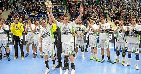 Los jugadores del Helvetia Anaitasuna levante el título de subcampeón de la Copa del Rey.