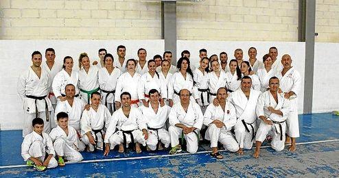 En la imagen, algunos de los karatecas que se reunieron el pasado fin de semana.