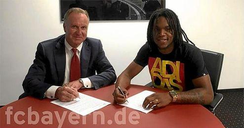 Renato Sanches firmando su contrato con la entidad de Múnich.