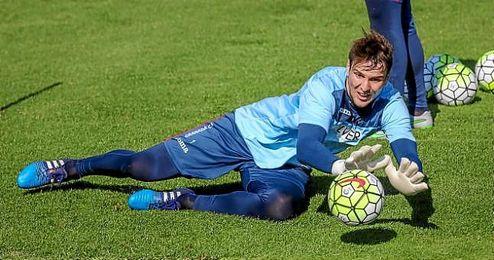 El portero croata Ivan Kelava entrenando con el Granada.