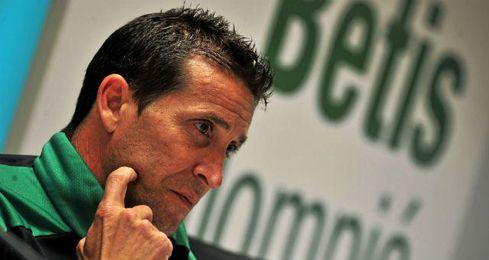 Juan Merino, durante una rueda de prensa como técnico verdiblanco.
