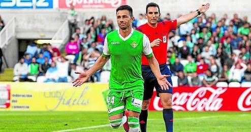 Rubén celebra el último de sus tantos que sumó puntos estrictamente hablando (en Santander).