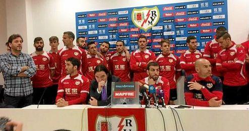 Toda la plantilla del Rayo, junto al presidente y Paco Jémez, en rueda de prensa.