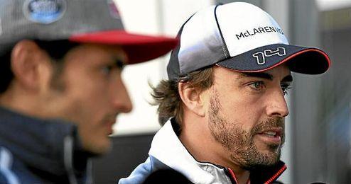 Fernando Alonso, junto a Carlos Sainz, atendiendo a los medios.