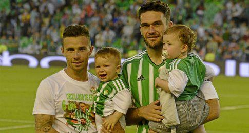 Rubén Castro y Molina posan junto a sus hijos.