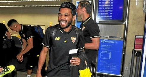 El lateral izquierdo del Sevilla Trémoulinas, con el billete en la mano.