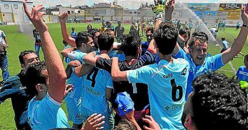 Los jugadores de la Balompédica celebran la permanencia tras ganar al San Juan.