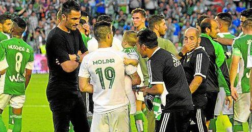 Rubén Castro saltó al césped con su hijo tras el final del partido ante el Getafe.
